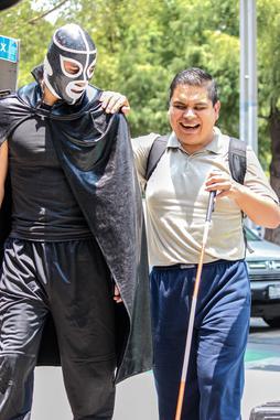 Peotónito le justicier des piétons, à Mexico