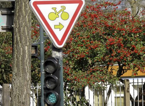 panneau tourne-à-droite pour les cyclistes à Nantes